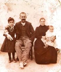 Ángeles con 7 años y sus padres